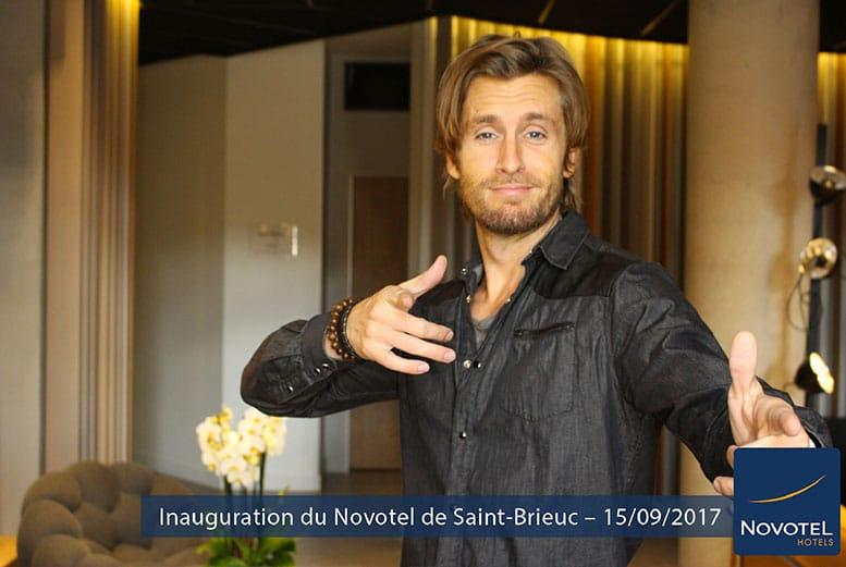 Acteur Philippe Lacheau avec une borne selfie