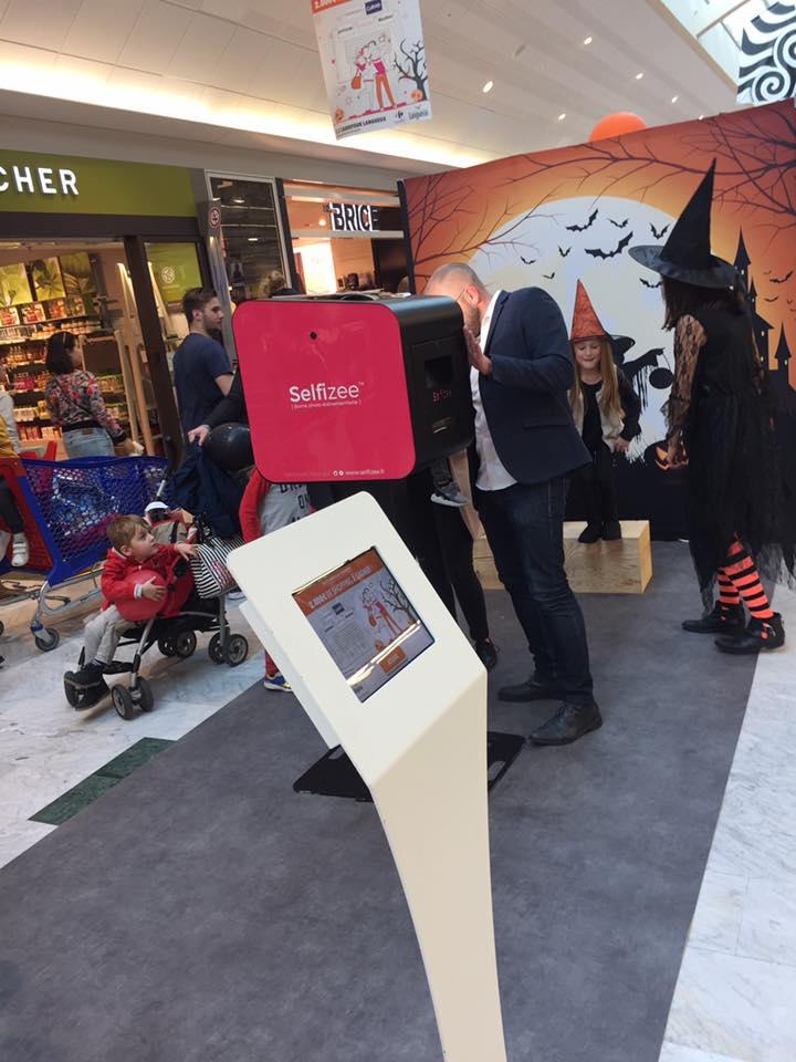 Le stand de l'animation photobooth sur le thème d'Halloween à Carrefour Langeux