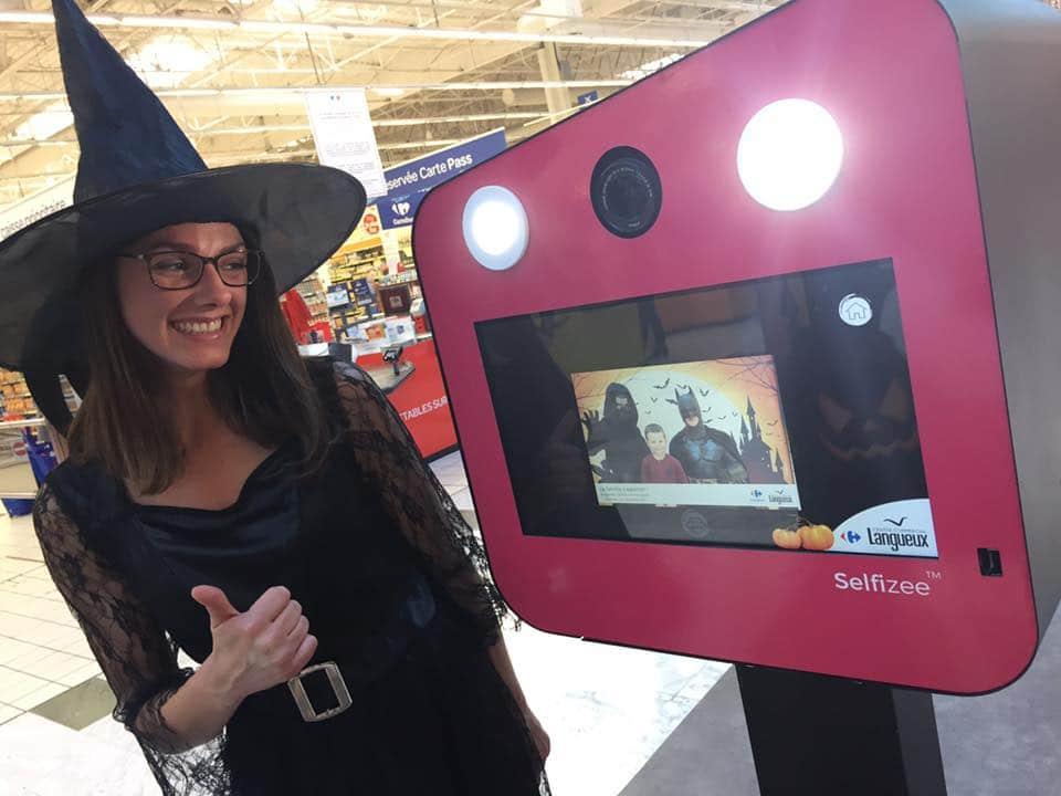 Borne photo selfie Selfizee avec une animatrice déguisée en sorcière