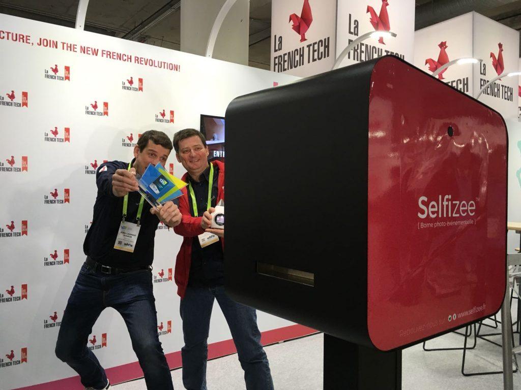 Deux personnes devant l'animation photocall avec la borne photo selfie de Selfizee pour le CES de Las Vegas