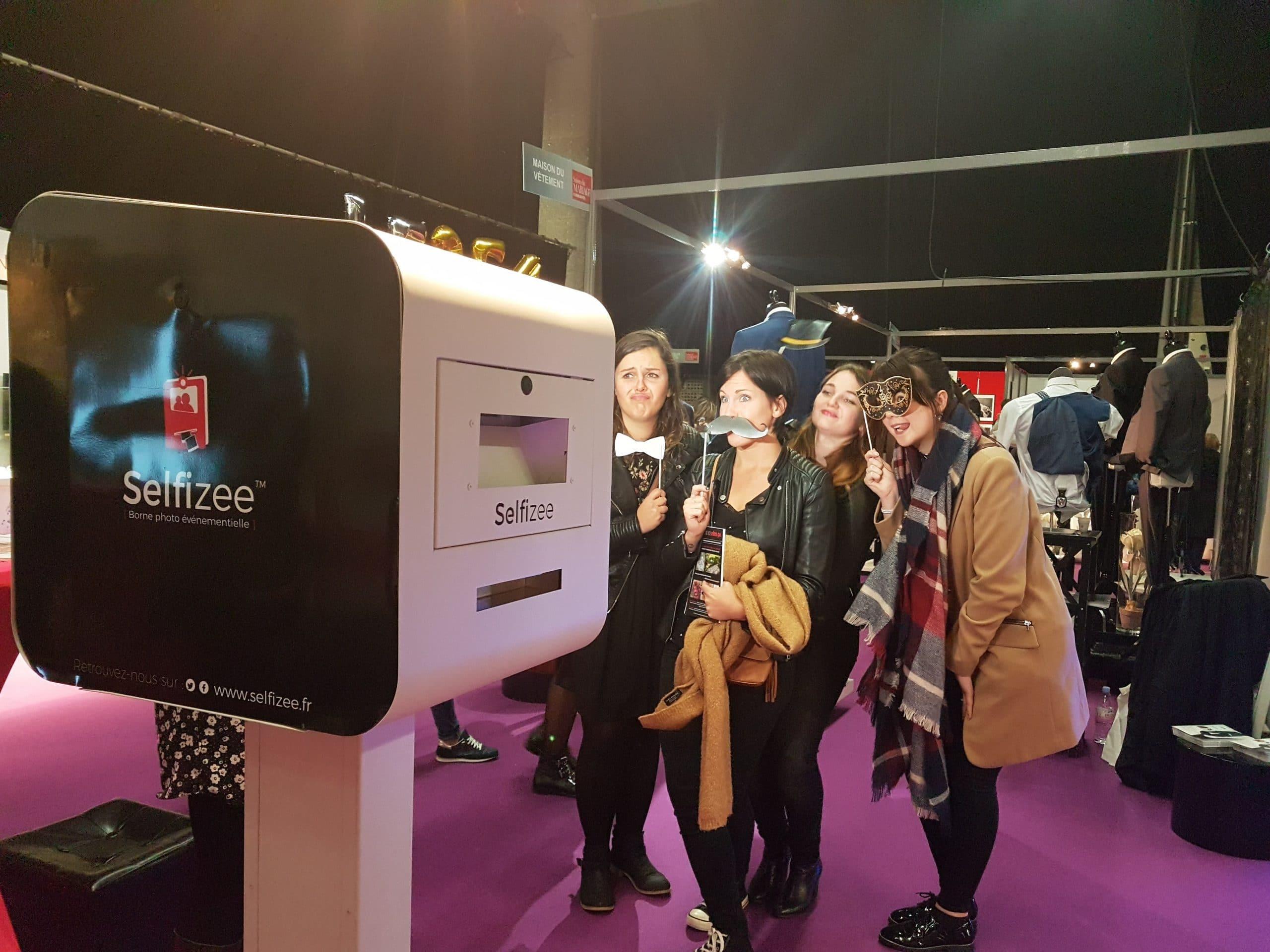 Animation photobooth avec accessoires au stand borne photo Selfizee au salon du mariage 2017 à Brest