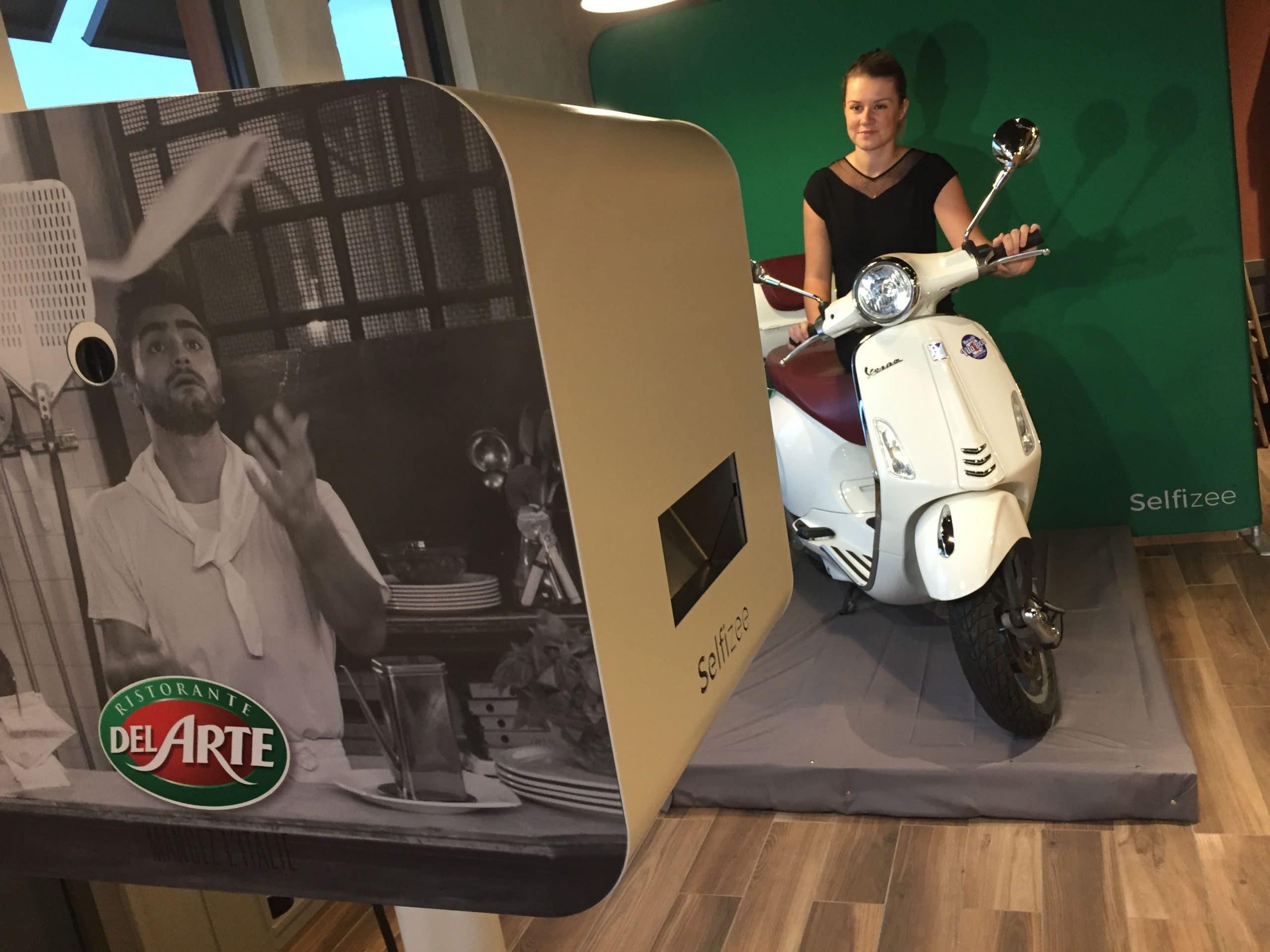 Borne photo et animation fond vert pour inauguration restaurant Del Arte Martigues dans les Bouches du Rhône avec selfies personnalisés