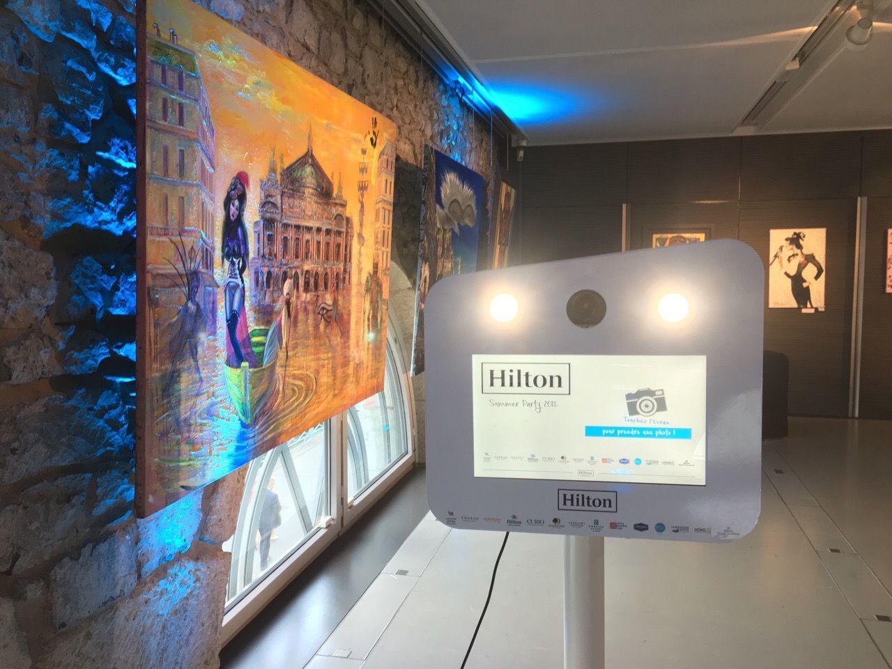 Borne photo connectée et personnalisée pour animation selfie au gala de charité Hilton Genève