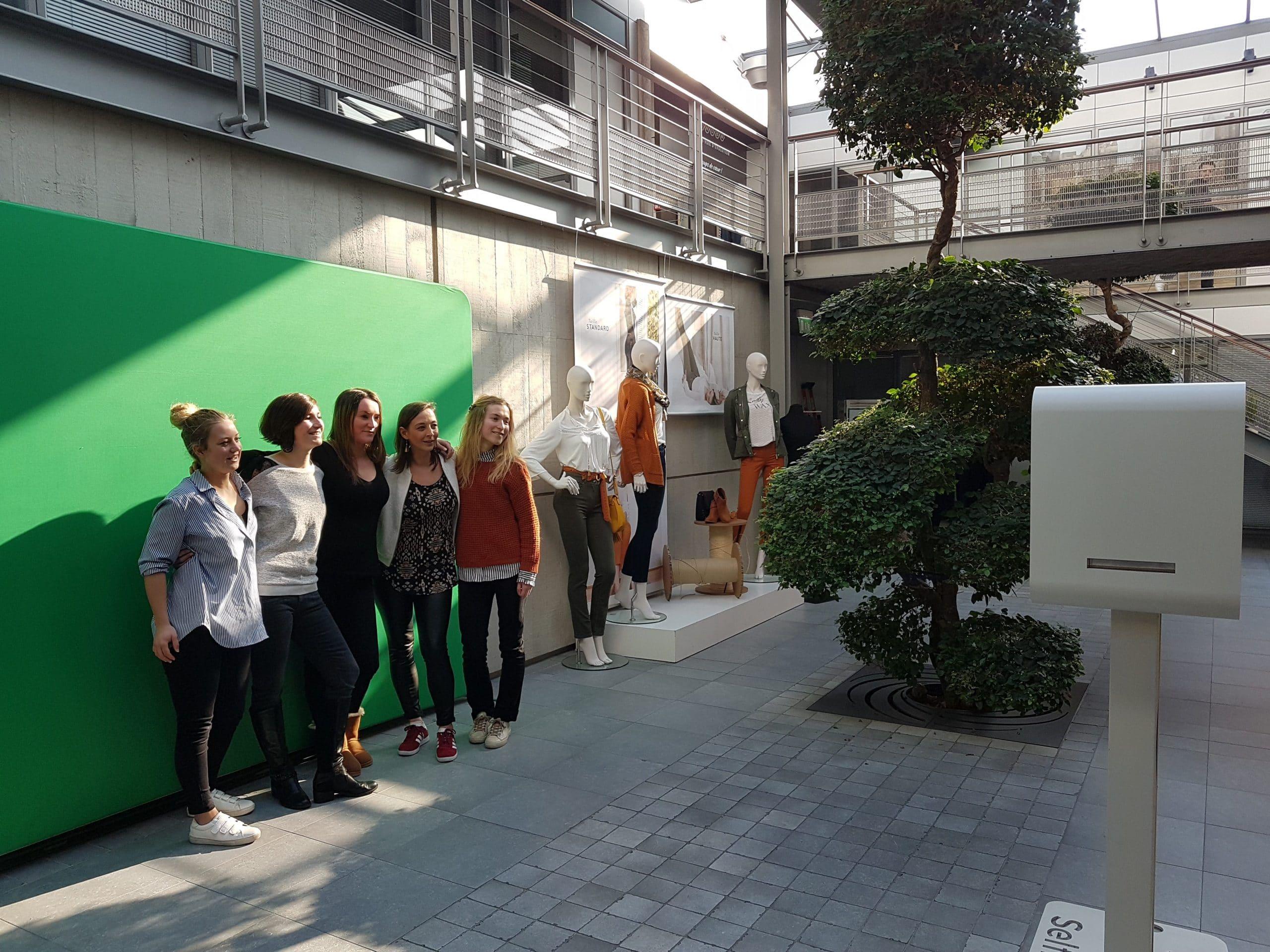 Animation borne photo et fond vert au groupe Beaumanoir à Saint Malo en 2018 pour événement interne lancement gamme jeans verts Bonobo