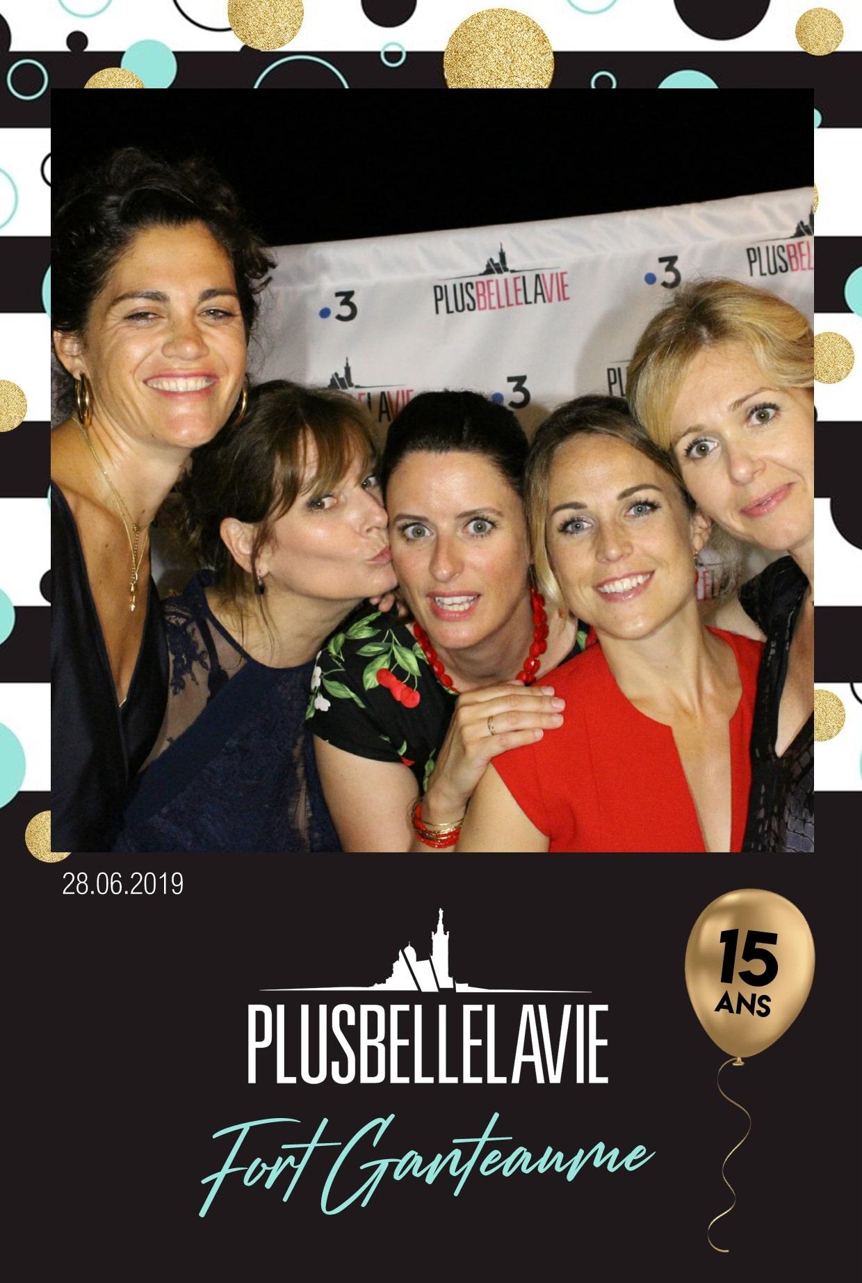 Borne selfie animation anniversaire série Plus Belle La Vie au Fort Ganteaume à Marseille pour photos et impressions des équipes