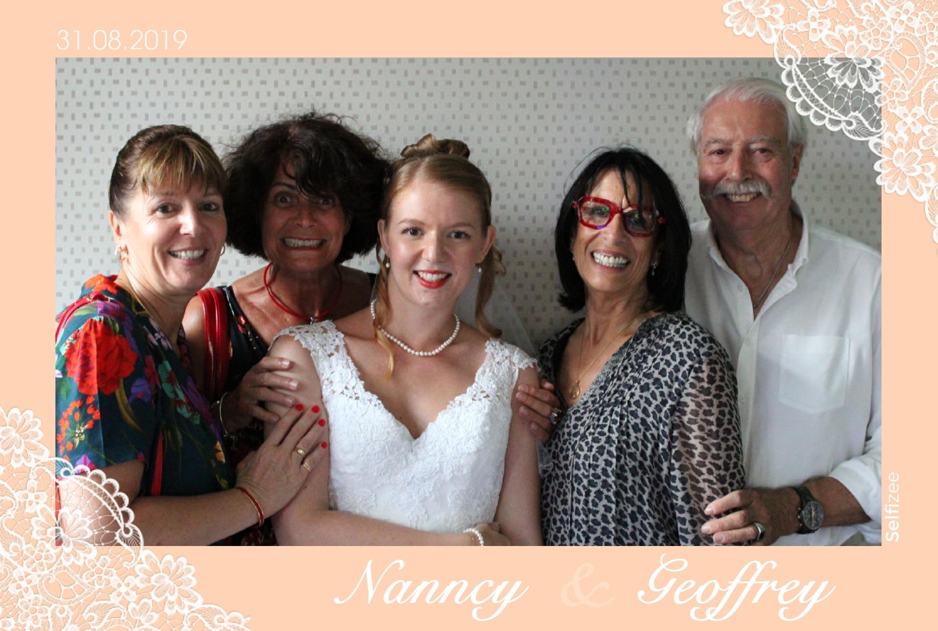 Selfie personnalisé et impression immédiate avec photobooth connecté à louer pour animation mariage, anniversaire, baptême, soirée, fête à Lyon et dans le Rhône