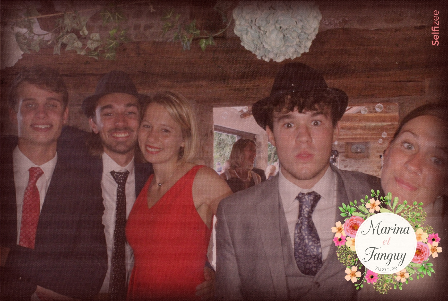 Borne selfie mariage avec impressions photos et filtres à Saint Malo - location photobooth pour animation mariage ou fête en Ille et Vilaine