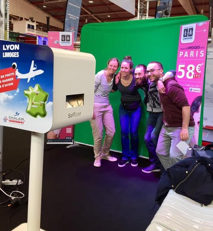 Borne selfie personnalisée et fond vert animation stand foire Limoges 2019 avec impressions photos visiteurs du salon