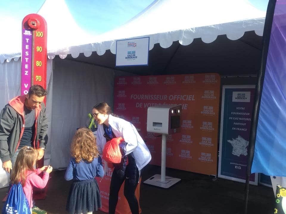 Animation selfie avec borne photo et fond vert au stand Gaz de Bordeaux à l'Ociane Groupe Matmut Marathon octobre 2019