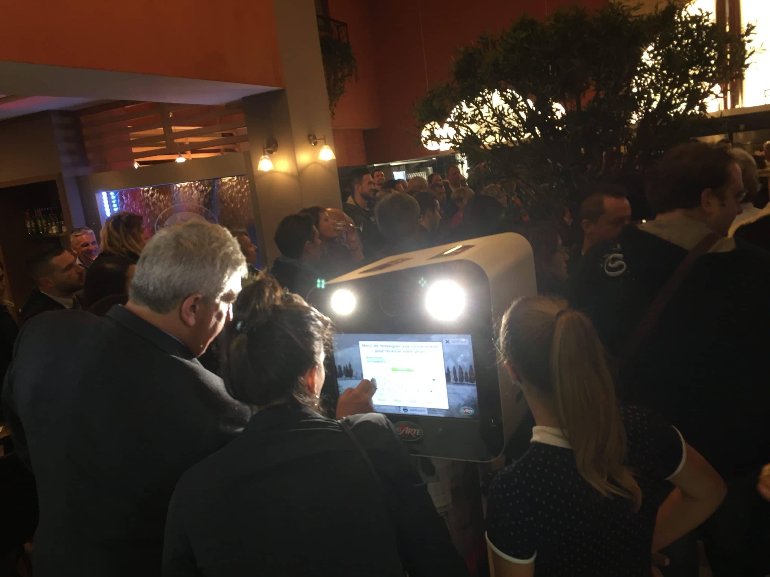 Borne selfie avec impressions photos des clients à l'inauguration Del Arte Dardilly Lyon