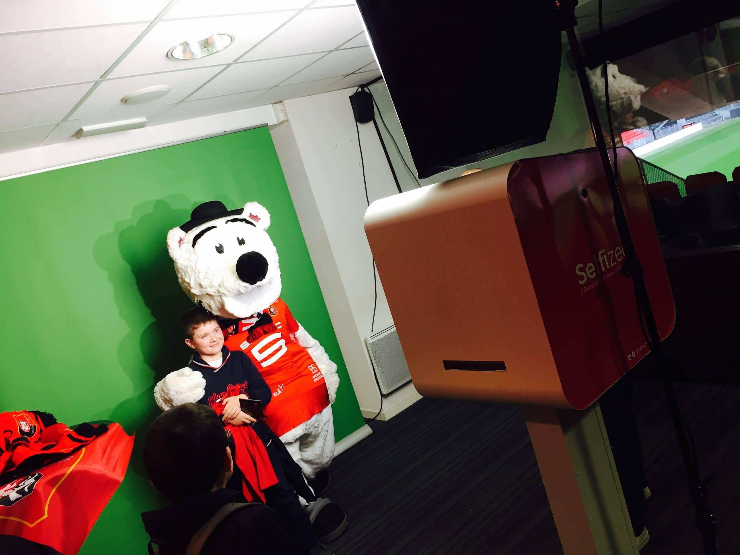Borne photo avec animation photobooth fond vert et mascotte pour la journée Del Arte et association 1001 sourires au stade Rennais