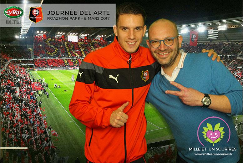 Selfie imprimé avec footballeur Adrien Hunou au stade à Rennes avec animation borne photo fond vert pour journée Del Arte et 1001 sourires