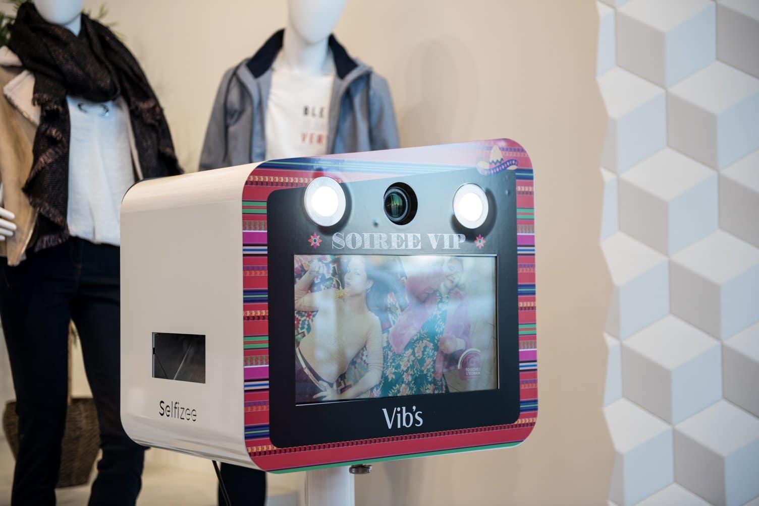 Photobooth connecté et photocall pour animation soirée Vib's au centre commercial Atlantis Nantes avec impressions photos immédiates