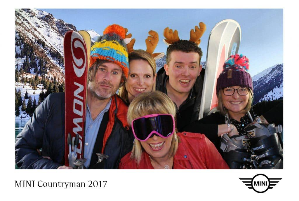 Photo souvenir personnalisée lors du lancement de la nouvelle voiture Mini Countryman à Lorient avec borne selfie et animation fond vert