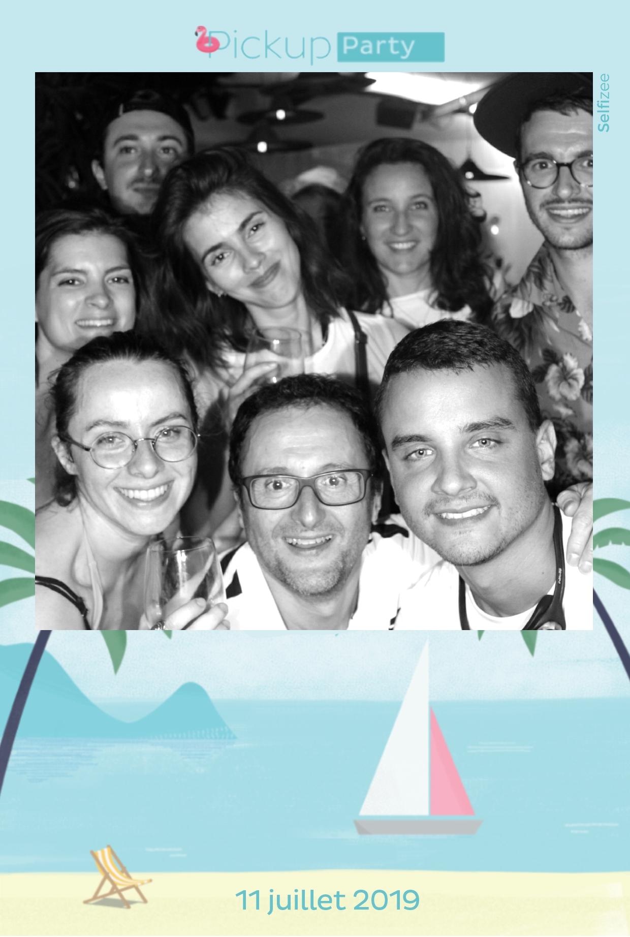 Animation box photo soirée entreprise Pickup Services Saint Ouen près de Paris et Argenteuil - borne connectée avec impressions selfies personnalisés