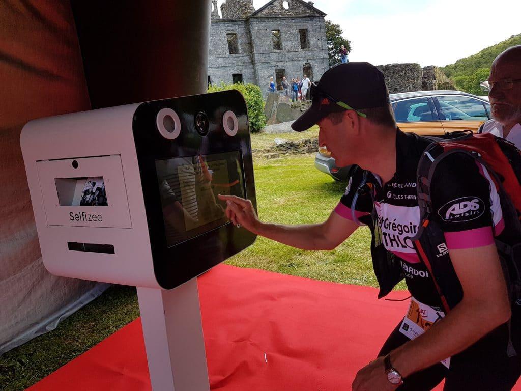Animation photobooth avec borne photo connectée et écrans personnalisés lors du trail de Guerlédan en juin 2017