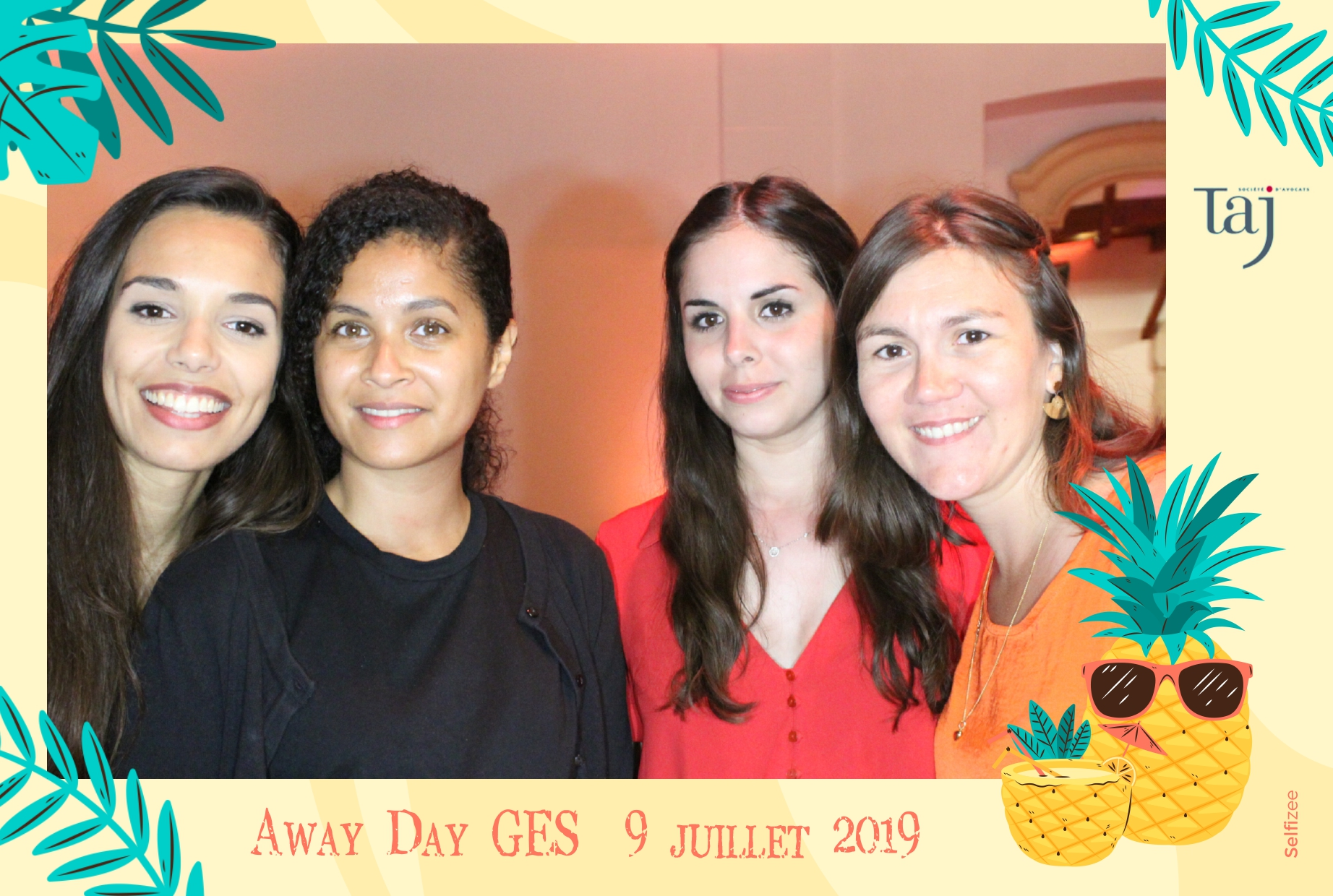 Animation photo box soirée entreprise Taj à Villepreux entre Plaisir et Versailles - borne selfie connectée avec impressions photos immédiates de l'équipe GES