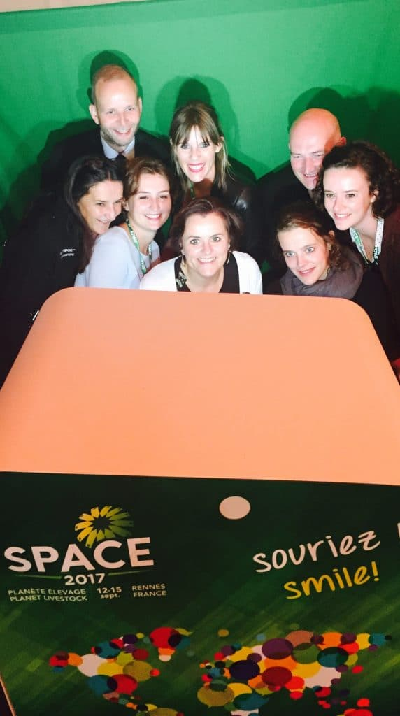 Groupe de personnes autour d'une borne photo selfie Selfizee au Salon du Space 2017 à Rennes (35)