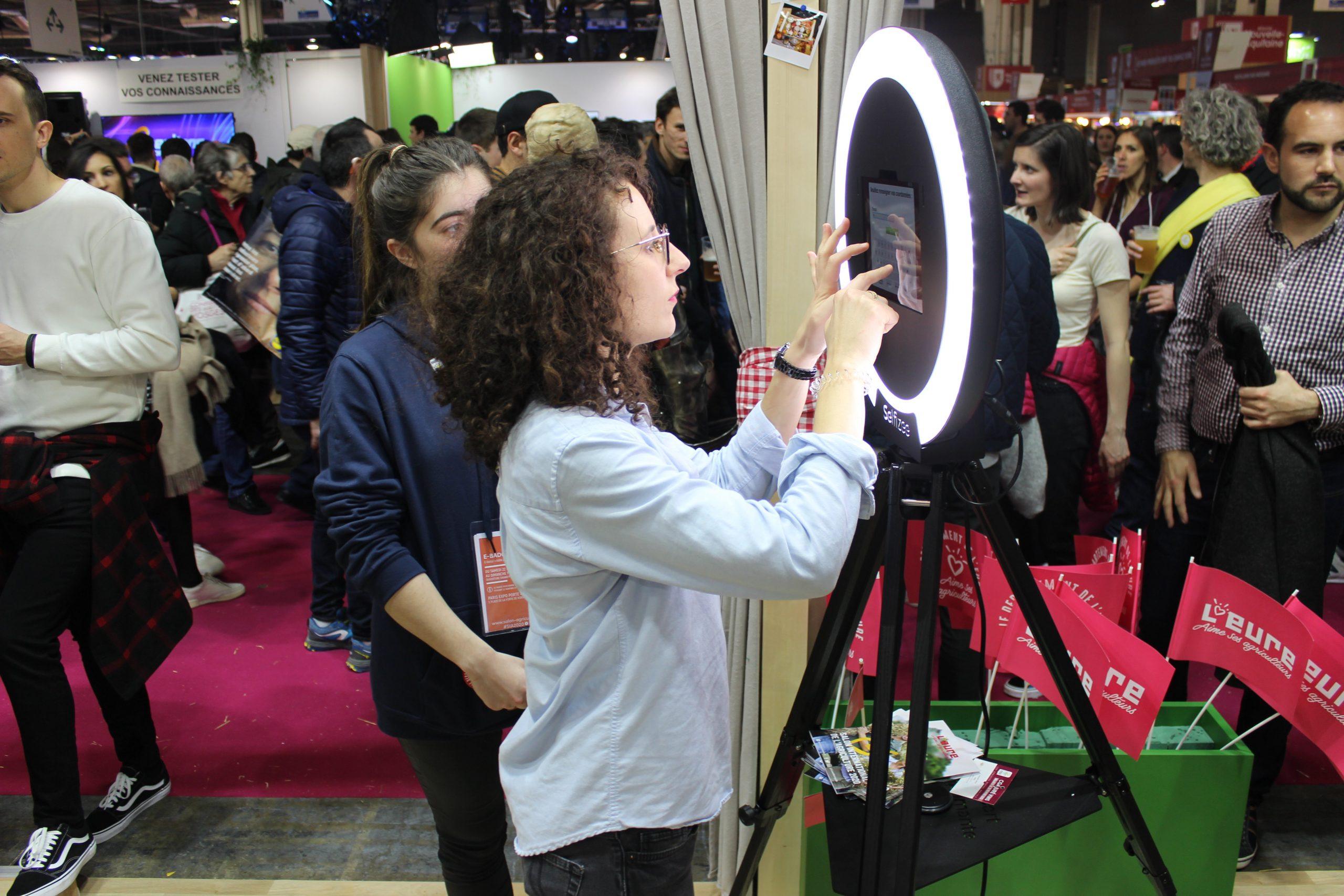 Animation photobooth stand salon de l'agriculture Paris 2020 - selfie box avec écran tactile et photos personnalisées pour visiteurs
