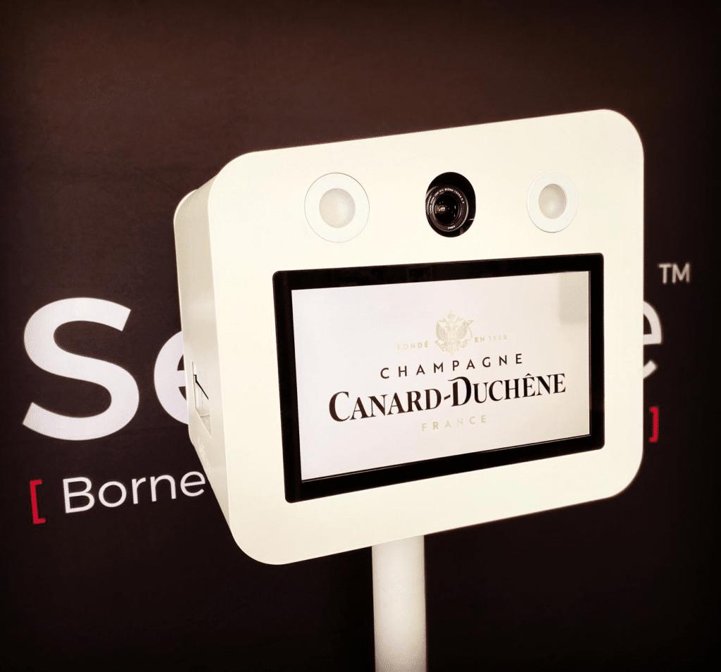 Vente de borne photo selfie de luxe pour la marque de Champage Canard Duchêne, à Reims / Champagnes-Ardennes