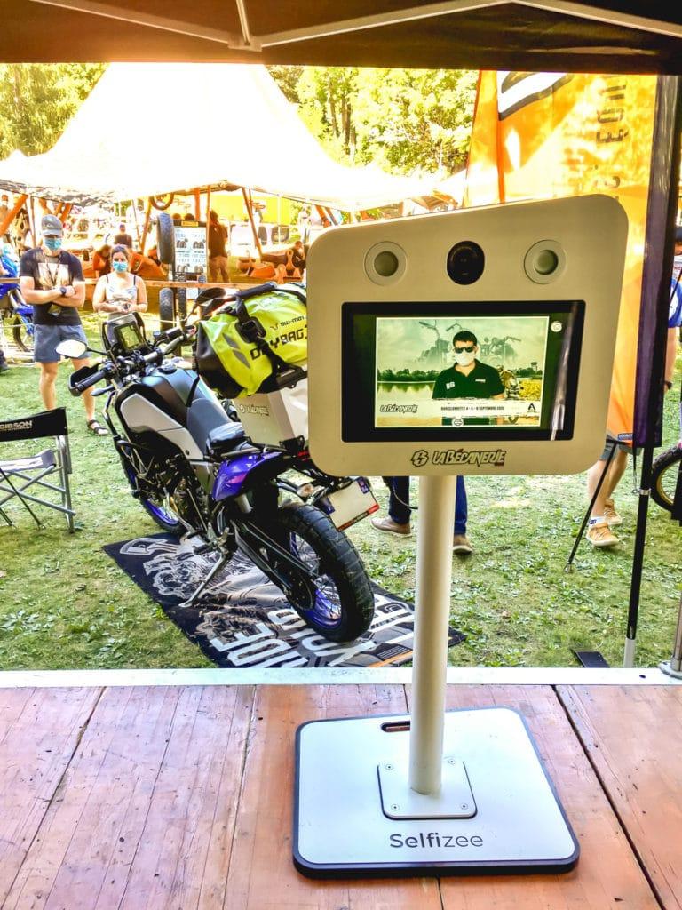 Borne photo selfie de Selfizee pour la Bécanerie à l'Alpes Aventure Motofestival, Barcelonnette, PACA